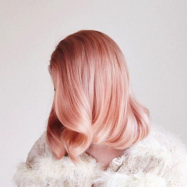 Ani-rysava-ani-blond-farebny-vlasovy-trend-inspirovany-ruzovym-zlatom-1